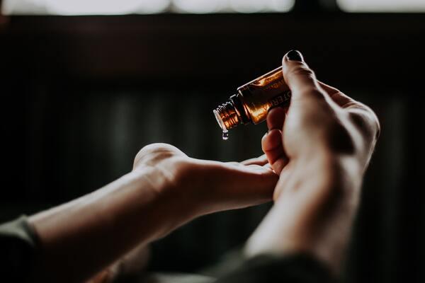 Les huiles essentielles autorisées pendant la grossesse