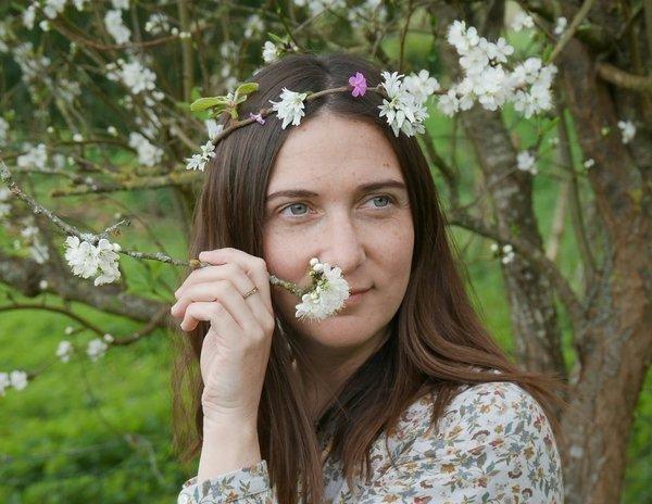 Laura, créatrice de bijoux en bois et upcyclés